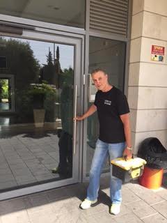 מנעולן דלתות זכוכית